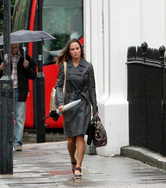 Pippa v ulicích Kensingtonu.