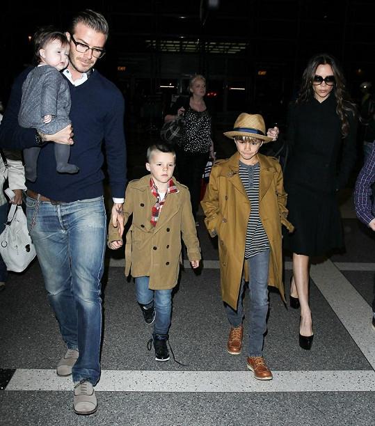 Nejmenší Harper a Cruz (oba drží David Beckham) zůstali doma s maminkou Victorií.
