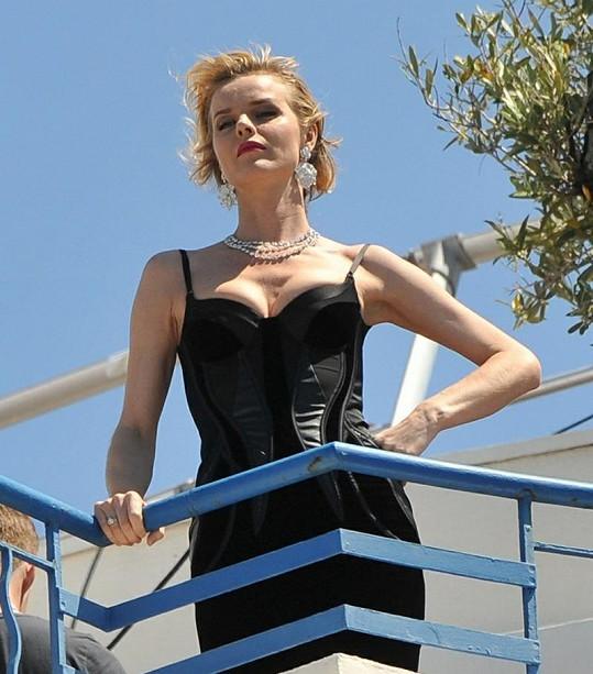 Hubená Eva Herzigová fotila na střeše hotelu Martinez.