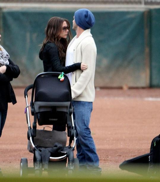 David a Victoria Beckham v něžném objetí.