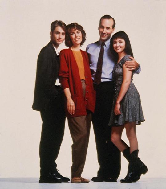 James Eckhouse a Carol Potter jako Walshovi se svými seriálovými dětmi Brandonem a Brendou.