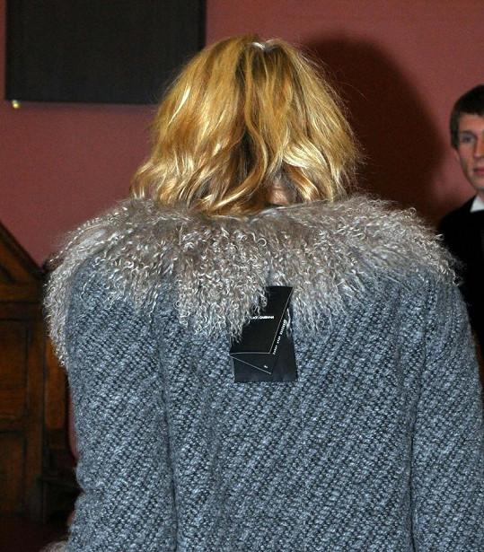 Zpěvačka si nechala na zádech viset cedulky.