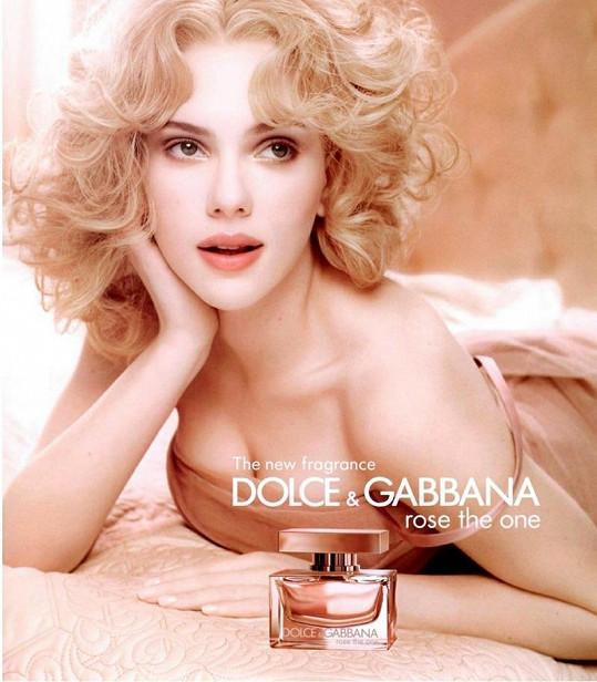 Jako blondýnce to Scarlett slušelo více.