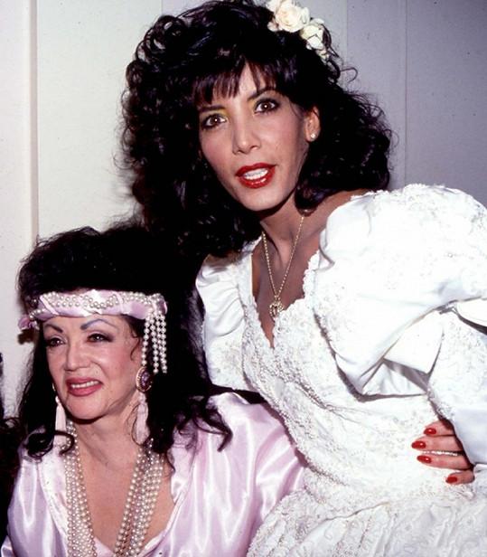 Půvabná sestra Sylvestera Stalloneho Tomi-Ann jako nevěsta se svou matkou Jackie.