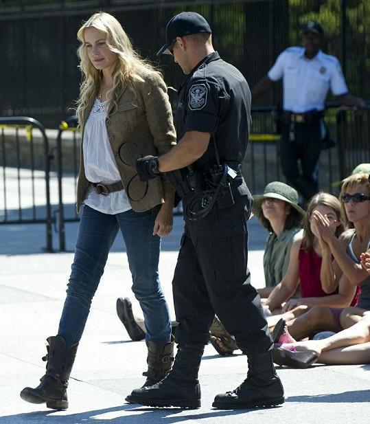 Policista zatýká herečku protestující před Bílým domem.