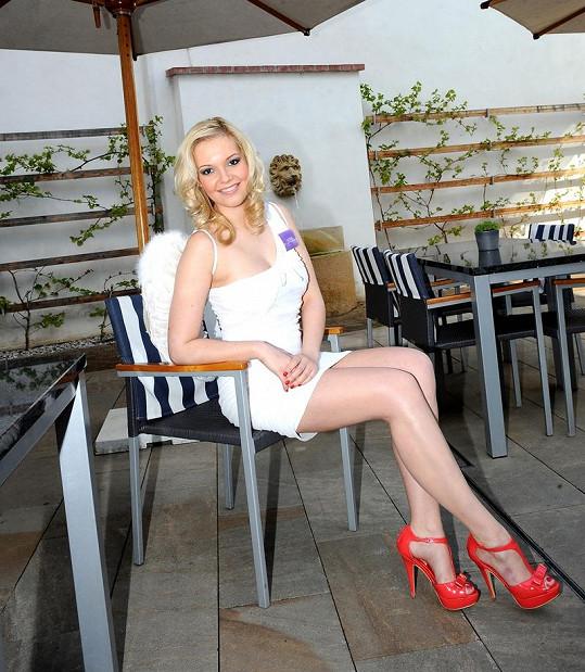 Markéta Poulíčková má krásné nohy.