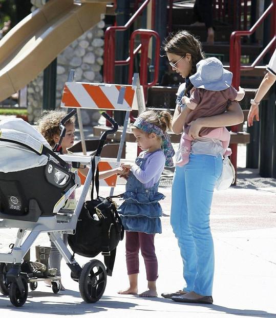 Jessica Alba s dcerkami.