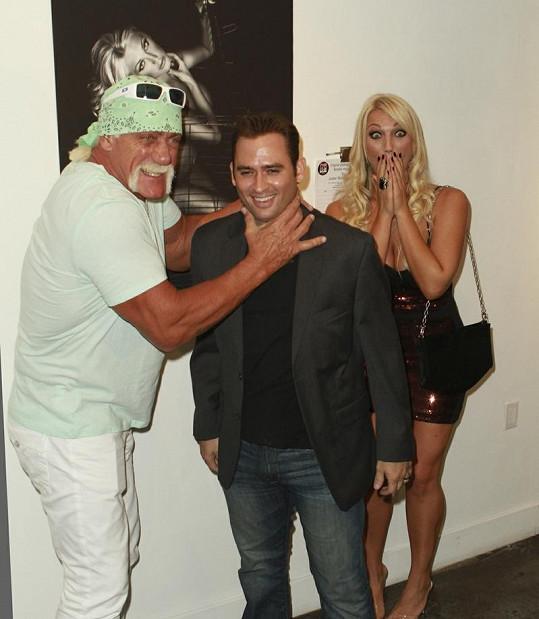 Hogan předstíral, že chce uškrtit autora fotografie jeho nahé dcery.
