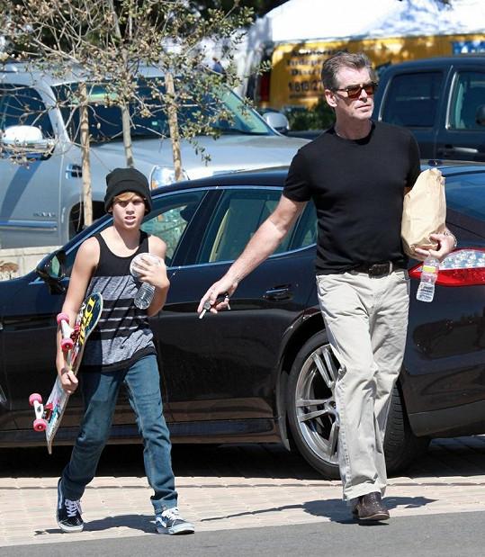 Desetiletý syn herce Brosnana si vzal teplou čepici na hlavu a tílko.