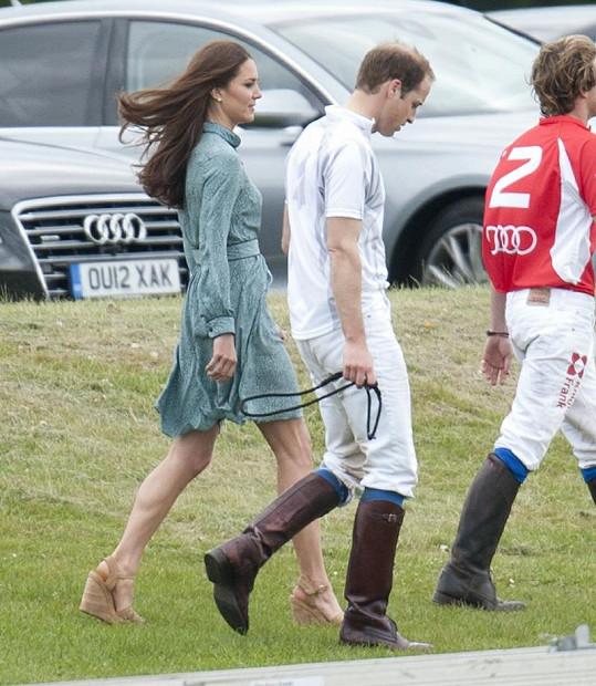 Manželé William a Kate na pólu.