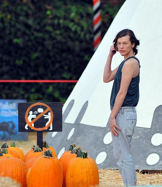 Jovovich při výběru dýně na Halloween.