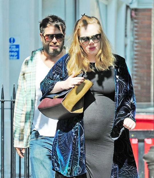 Adele se svým partnerem Simonem Koneckim.