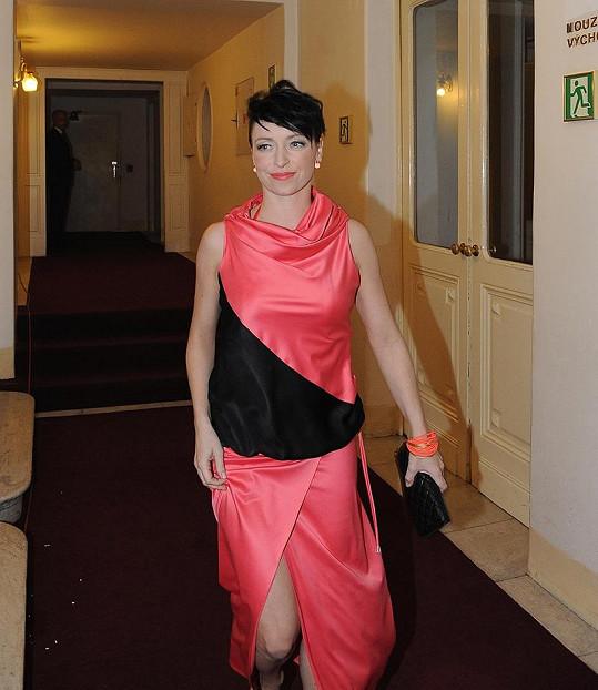 Tatiana si na Českého slavíka oblékla šaty, které rostoucí bříško dokonale zakrývaly.