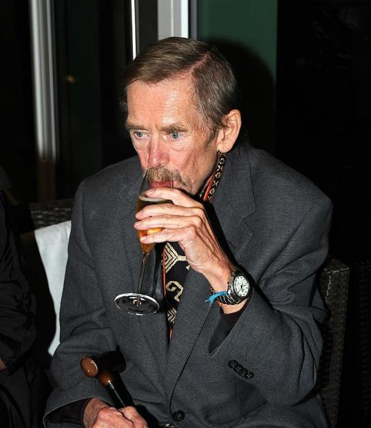 Václav Havel si vychutnával šampaňské.