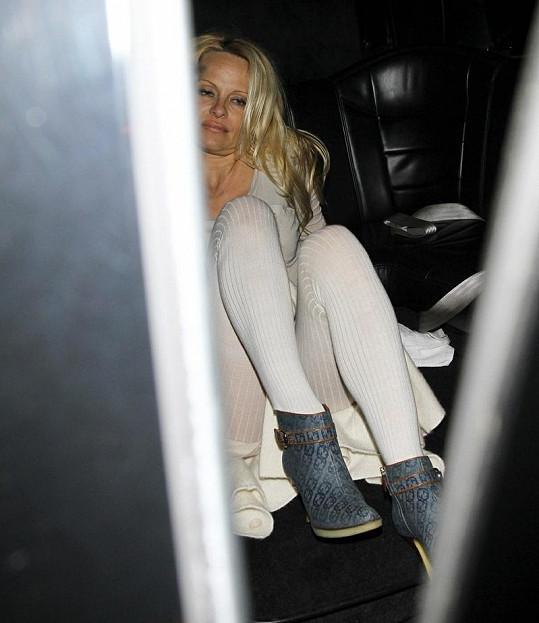 Alkoholem posilněná Pamela nasedá do vozu.