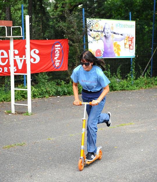 Gondíková se účastnila soutěže v jízdě na koloběžce.