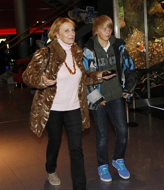 Regina Rázlová vnuka doprovodila do kina.