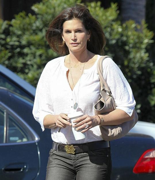 Cindy se na rozdíl od jiných hvězd bez make-upu nebojí chodit po ulici.