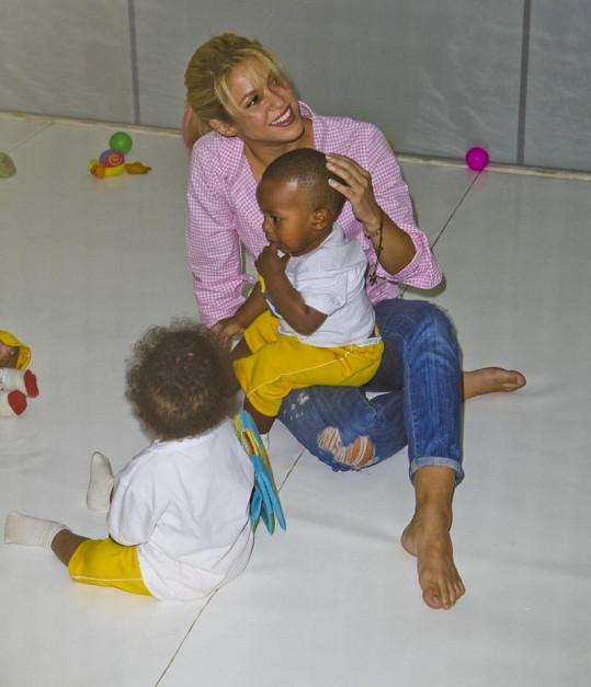 Shakira se intenzivně věnuje charitě. Na snímku s dětmi z chudých brazilských rodin.