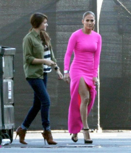 Jennifer Lopez ukázala nebesky dlouhé nohy.