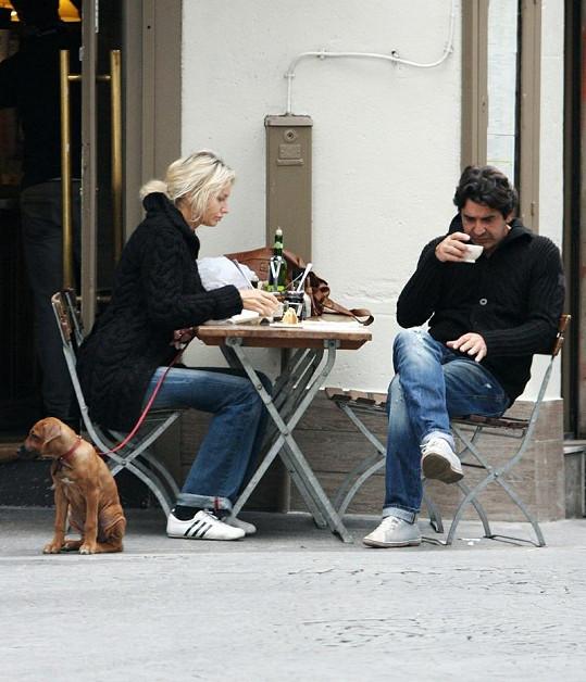 Zamilovaný pár si dal pauzu u kávy, psík trpělivě čekal.
