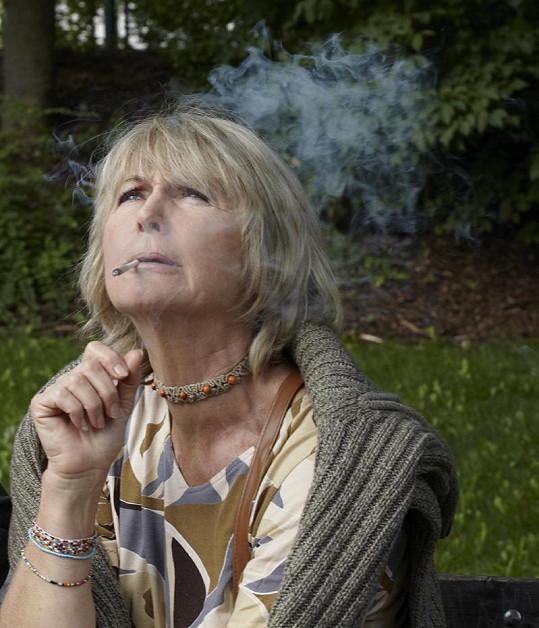 Eliška Balzerová si labužnicky vychutnává marihuanu.