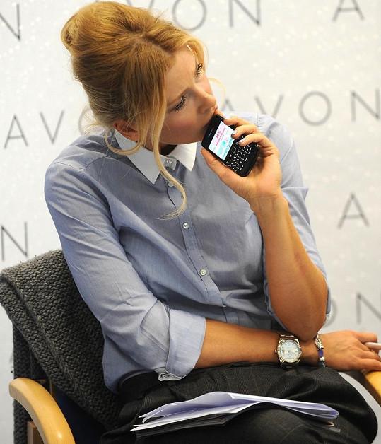Daniela si procházela materiály i na svém mobilním telefonu.