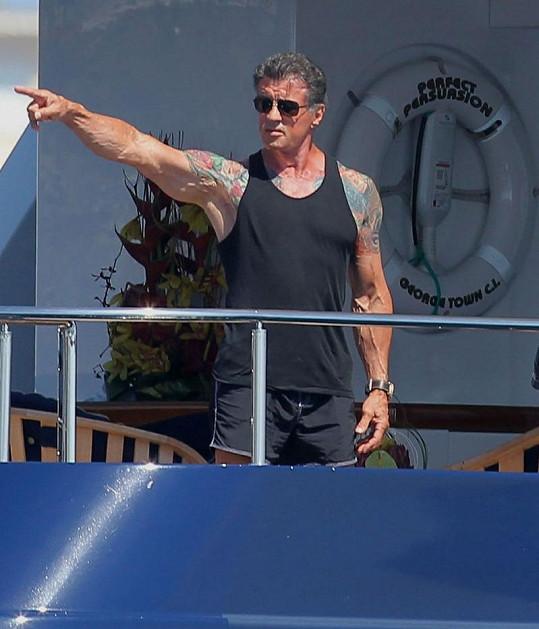 Sylvester Stallone na jachtě s rodinou.