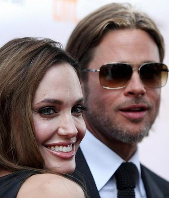 Brad je prý s Angelinou velice šťastný.