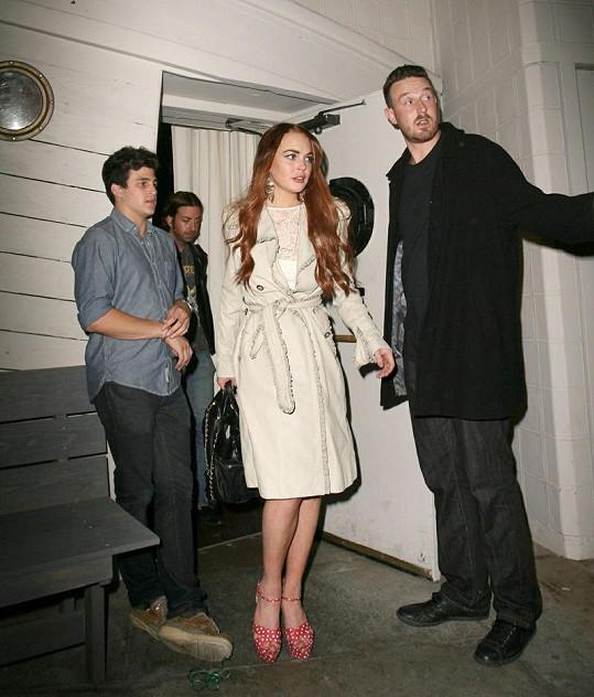 Lindsay odchází z večírku kamarádky Katy Perry. Vzápětí se k ní přidá James.