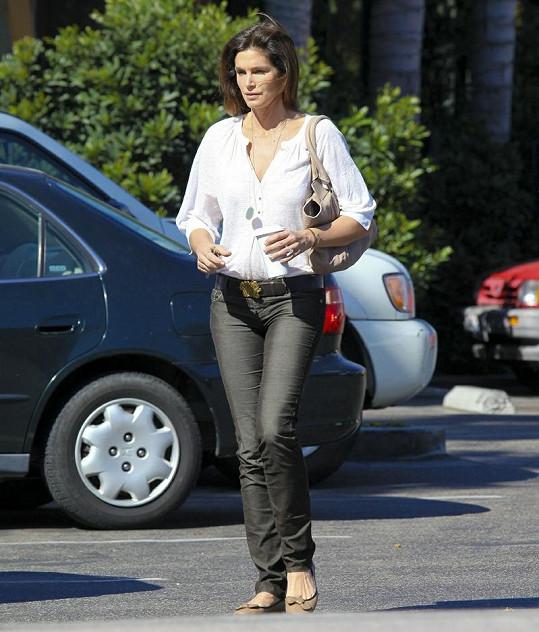 Cindy se procházela ulicemi Malibu.