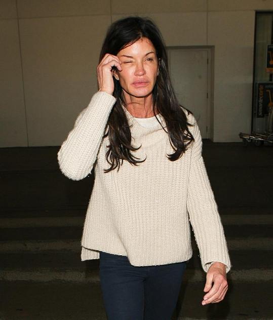 Nenalíčená Janice na letišti v Los Angeles.