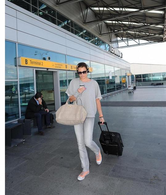 Šeredová dorazila do Prahy jen na jeden den bez dětí a manžela. Čeká ji dámská jízda na večírku své domovské modelingové agentury.