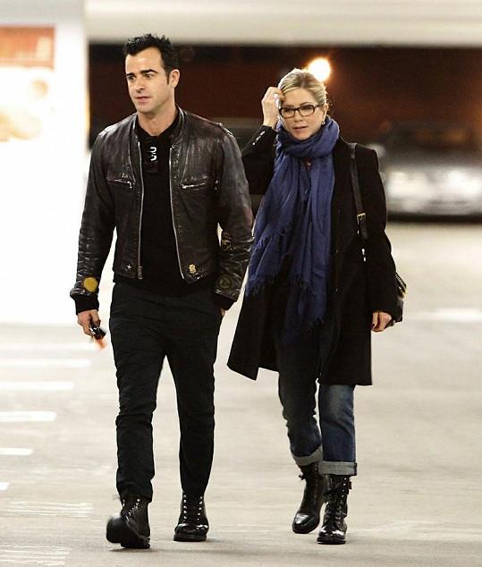 Herečka s přítelem Justinem Therouxem.