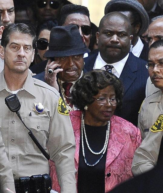 Jacksonova matka a otec míří k soudu.