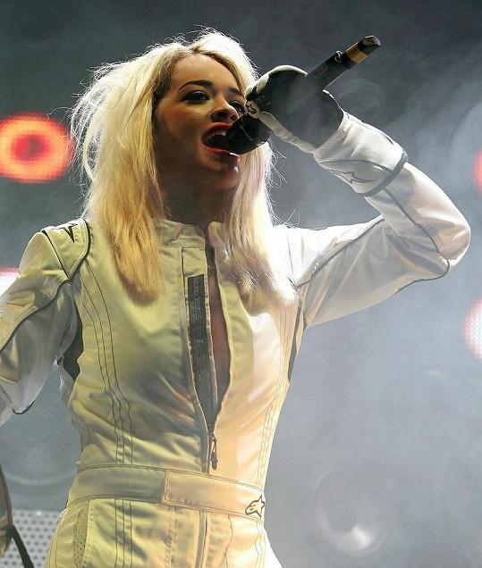 Zpěvačka na koncertě v londýnské Wembley Areně.
