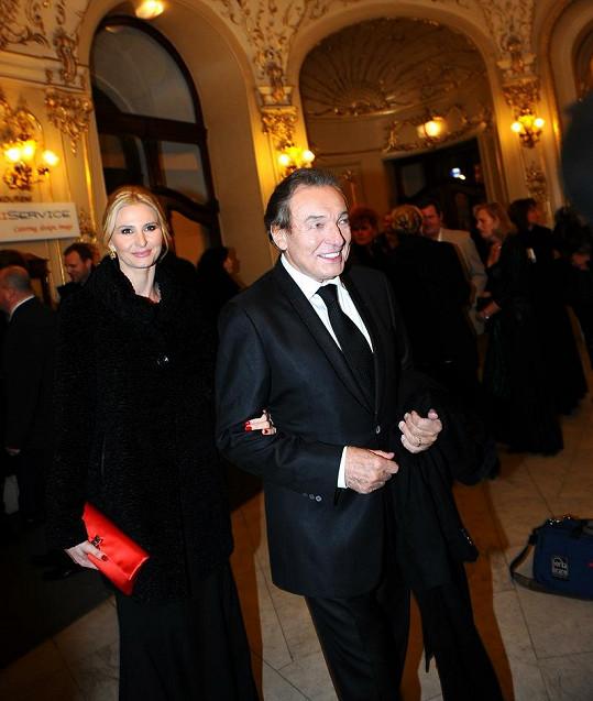 Karel Gott s manželkou Ivanou, která si oblékla kožich, který ji Gott přivezl z Moskvy.