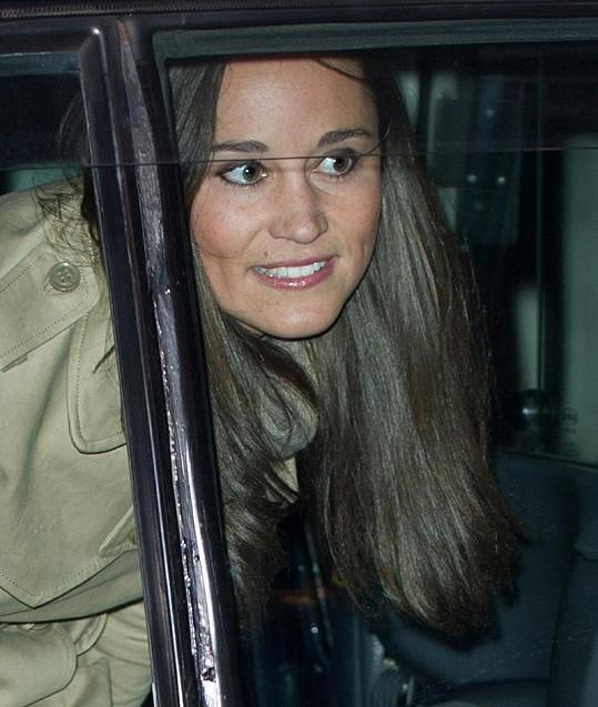 Pippa se při odjezdu z nemocnice usmívala, Kate je na tom zdravotně jistě dobře.