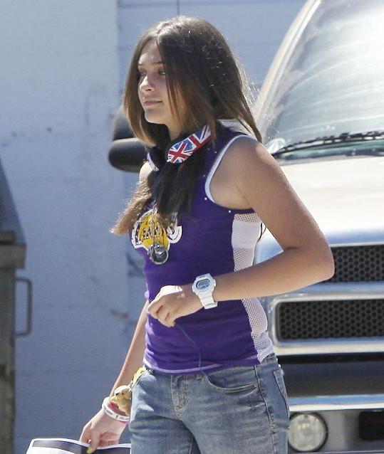 Paris v tílku Los Angeles Lakers a se sluchátky se vzorem britské vlajky.