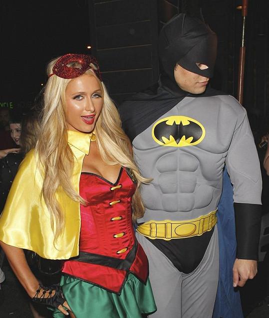 River v kostýmu Batmana a Paris jako jejho pomocník Robin.