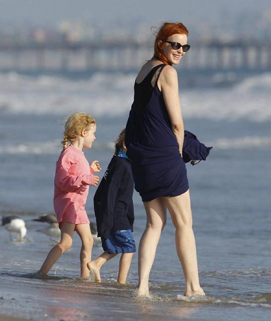 Představitelka Bree Van de Kampové ze Zoufalých manželek vyrazila na pláž se svými dvojčaty, ale zlobil ji vítr.
