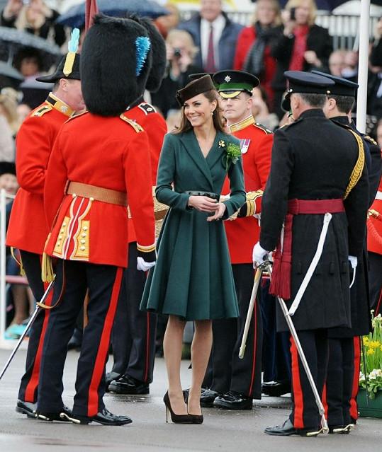 Kate zářila mezi vojáky.