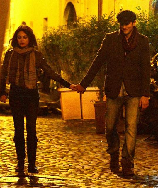 Mila Kunis a Ashton Kutcher na procházce podzimním Římem.