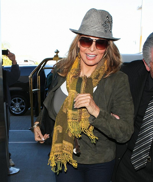 Raquel Welsch na letišti v Los Angeles.