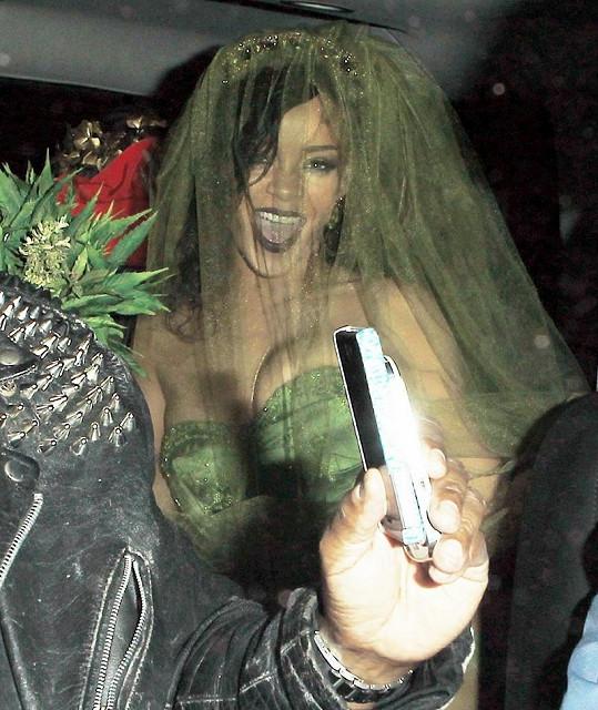 Takhle vymóděná mířila RiRi na halloweenskou párty.