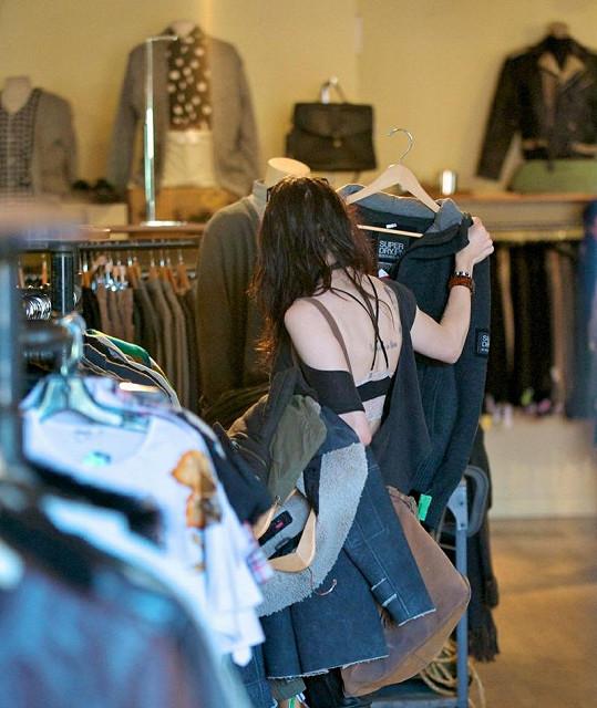 Frances vypadala v obchodě Wasteland při vybírání oblečení trochu jako hastroš.