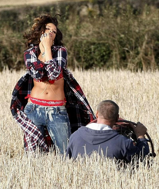 Rihanna při natáčení klipu We Found Love v Severním Irsku.