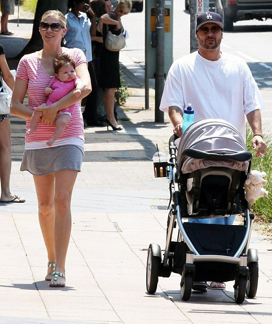 Pyšní rodiče vyrazili do ulic Sydney s jejich dcerkou.