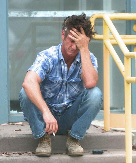 Sean Penn má z nehody těžkou hlavu.