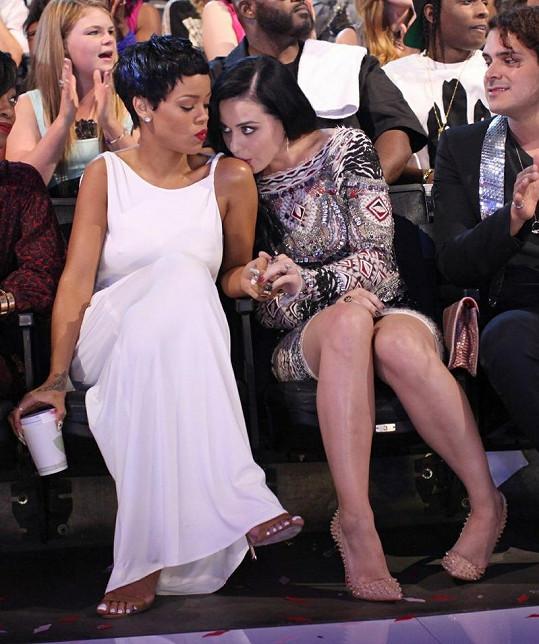 Katy Perry políbila Rihannu na rameno.